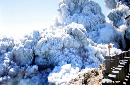 野口泉水さんが亡くなる直前、御嶽山の山頂付近で撮影した噴煙の写真=2014年9月27日撮影、妻弘美さん提供