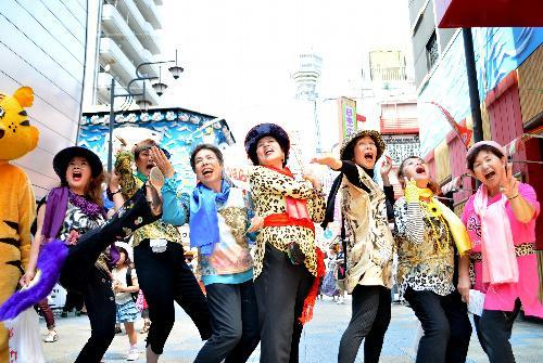「オバハーン」のかけ声でポーズを取る「七人のオバハーン」=大阪市浪速区
