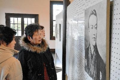 五代友厚の肖像を眺める人たち=2016年1月14日、福島県桑折町陣屋の旧伊達郡役所