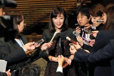 1億総活躍国民会議を終え、報道陣の質問に答える菊池桃子さん=2015年11月26日
