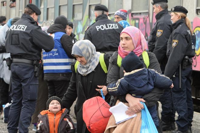 スロベニアから列車で山を越え、オーストリア南部フィラハに到着した難民の母子