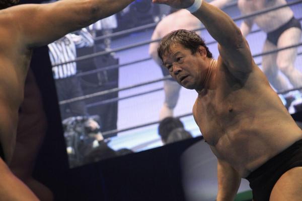 長州力選手と藤波辰爾選手の「プロレス対決」=1月25日、日本武道館