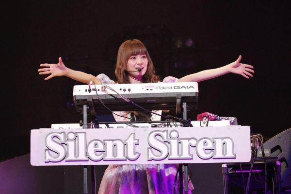 会場を沸かせた「Silent Siren」=1月25日、日本武道館