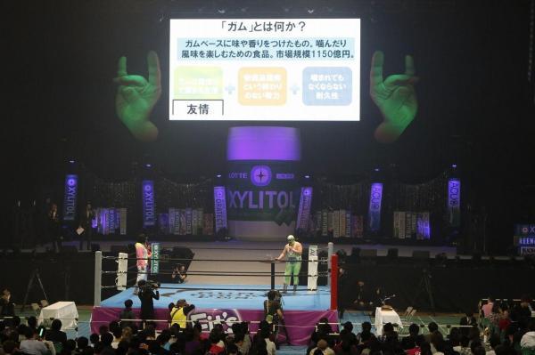 「プレゼン対決」をするスーパーササダンゴマシン=1月25日、日本武道館