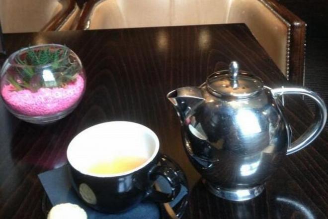 毒殺事件があったロンドンの「ミレニアム・ホテル」のバーで頼んだ紅茶=駒木明義撮影