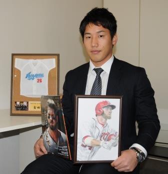 ハーパーの肖像画を手にする吉田正尚