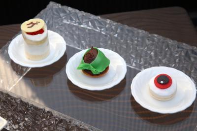 右から「目玉おやじ風マカロン」、「悪魔くん風サヴァラン」、「ゲゲゲミニショートケーキ」