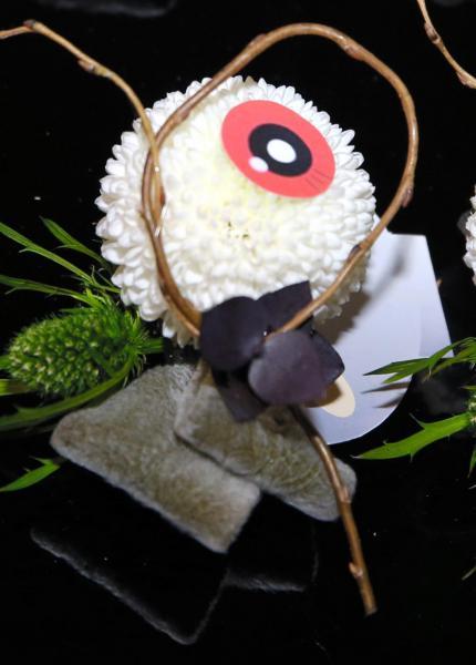 目玉おやじのコサージュ。白目部分には洋菊「ピンポンマム」を使っている