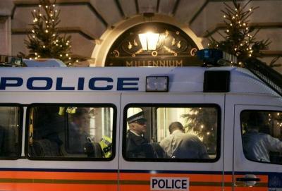 「ミレニアム・ホテル」の前に停車した警察車両=2006年12月8日、ロイター