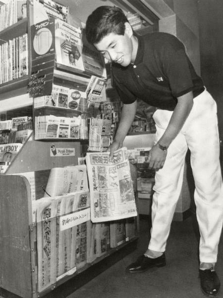 対南海戦で27号本塁打を放ち高校卒新人の最多記録に並んだ西武・清原選手、一夜明けたホテルのロビーで、「タイ記録達成」を報じた新聞を買う=1986年9月17日