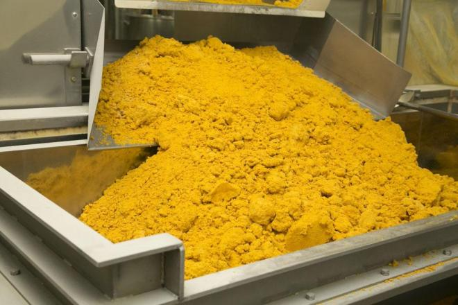 のりたまの製造過程。たまごや調味料などの材料を入れて混合