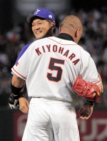 対戦の後、マウンドに歩み寄った巨人・清原和博選手と抱き合う横浜・佐々木主浩選手(左)=2005年8月9日