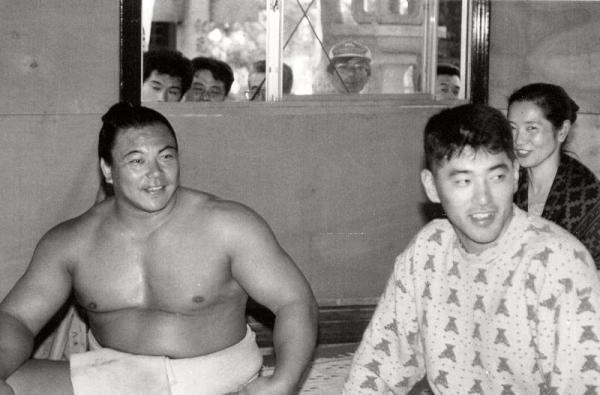 九州場所を前に九重部屋の宿舎を訪れたプロ野球西武ライオンズの清原和博選手と、横綱千代の富士=1990年11月6日