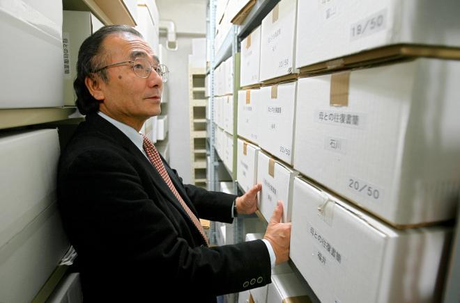 一筆啓上賞発案者の大廻政成さん。倉庫には、これまでの応募作品がすべて保管されている(2007年2月13日)