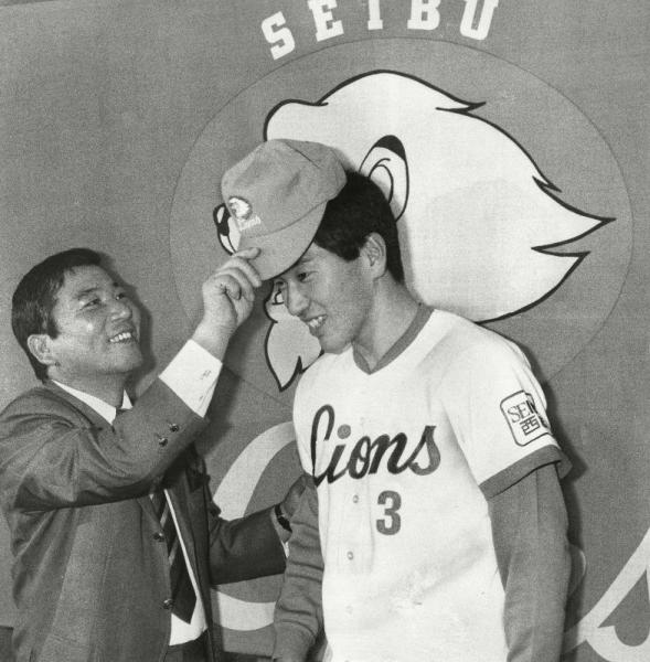 PL学園から西武に入団した清原和博。森監督から帽子をかぶせられる=1985年12月12日
