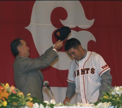 プロ野球のフリーエージェント(FA)権を使い巨人への入団を果たす=1996年11月24日