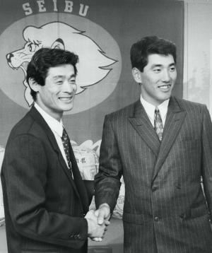 西武球場で喜びあう、ともに西部ライオンズのMVP・石毛宏典選手(左)と並んで=1986年10月29日