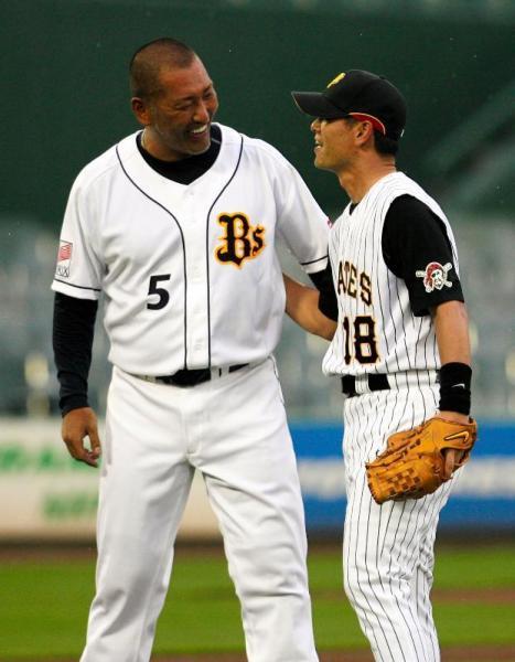オリックス・清原の打撃投手を務めた桑田氏(右)=2008年7月29日、神戸市須磨区のスカイマークスタジアム