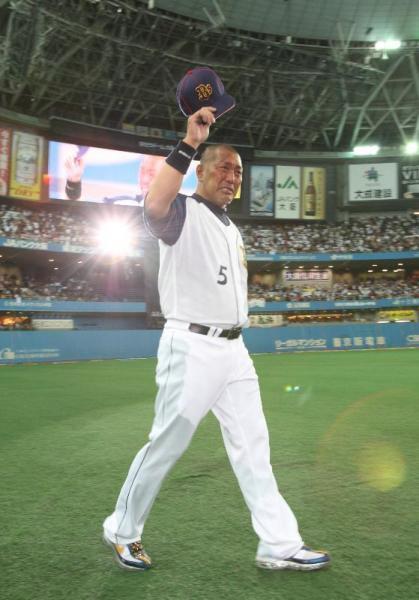 引退セレモニーでグラウンドを一周し声援に応える清原和博選手=2008年10月1日