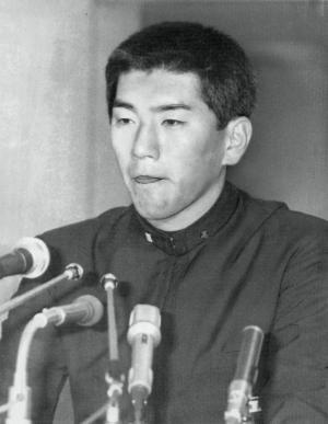西武からの指名を受けての会見。巨人の指名は同じPLの桑田真澄投手。記者会見では、うつむき加減だった=1985年11月20日