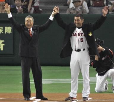 2千本安打達成の記念ブレザーを金田正一氏(左)から贈られる=2004年6月18日