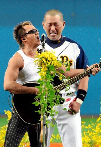 引退セレモニーで「とんぼ」を熱唱する長渕剛さんと清原和博選手=2008年10月1日