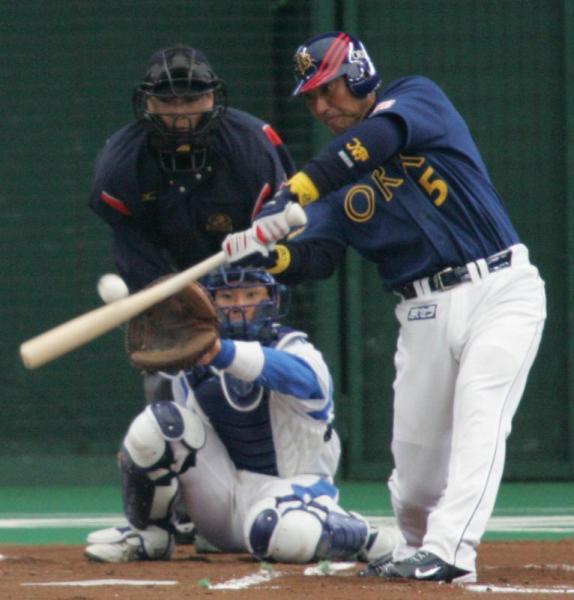 6回表オリックス無死二塁、清原和博選手は右前安打を放つ。捕手炭谷銀仁朗選手=2006年3月25日