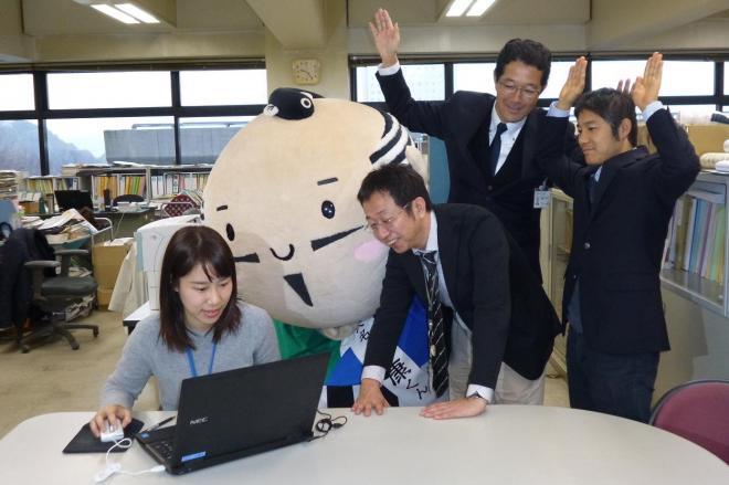 パソコンの前で歓喜に沸く浜松市職員