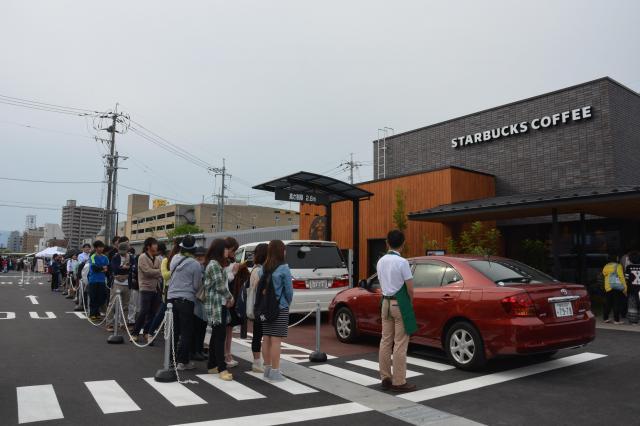 開店から1時間後でも行列が途切れることがなかった、鳥取のスタバ1号店オープン日