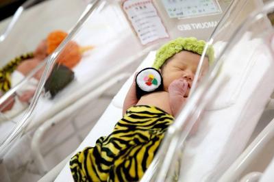 オニの衣装を着た赤ちゃん。恵方巻きも添えられている