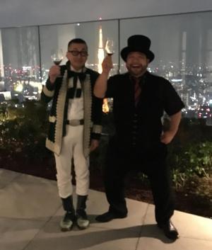 東京タワーの前で「ルネッサ~ンス!」