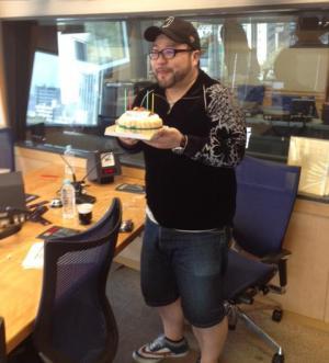 ケーキをもらって喜ぶ髭男爵の山田ルイ53世さん