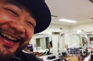 楽屋での髭男爵の山田ルイ53世さん。ワイングラスの向こうに見える相方のひぐち君