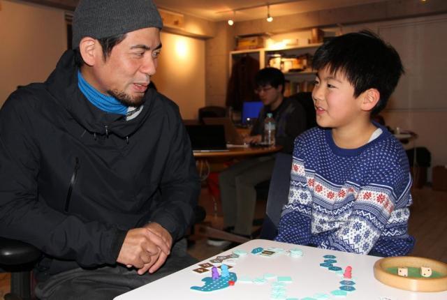 「海底探険」の作者、佐々木隼さん(左)と吾朗くん。吾朗くんが将来なりたい職業の候補はたくさんあるそうですが「ゲームを作る人」もそのひとつ