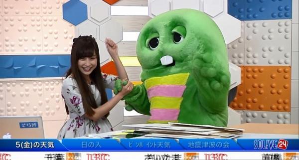 ガチャピンと楽しそうに番組を続けるキャスターの松雪彩花さん