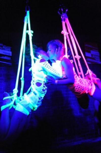 光るロープで縛ることも