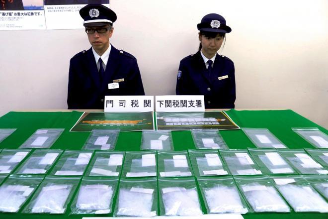 山口県の下関港で押収された覚醒剤=2011年12月19日