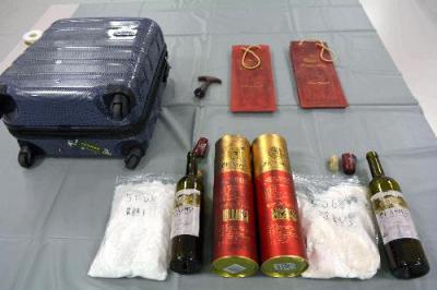 押収されたワインボトルと覚醒剤=北九州市小倉北区