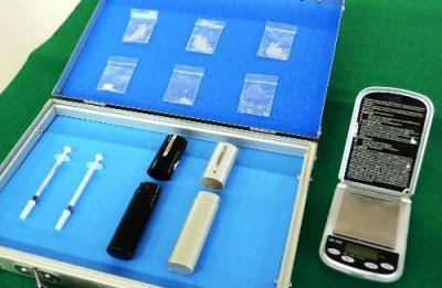 宮崎県警によって押収された覚醒剤や注射器など=2015年6月11日