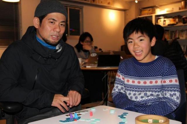 ゲームデザイナーの佐々木隼さん(左)と、長男の吾朗くん