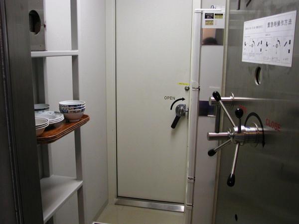 金庫のように重い扉を開けると、外への扉がある=04年