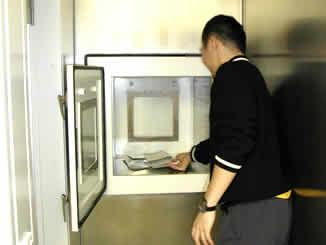 物品受け渡しの扉。04年の実験では、課題の書類などはここから搬入された。直接外部と接触しない構造になっている