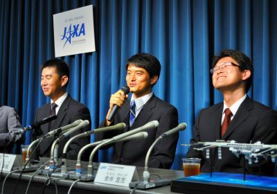 国際宇宙ステーション(ISS)搭乗宇宙飛行士に認定され、記者会見する(左から)油井亀美也さん、大西卓哉さん、金井宣茂さん=11年7月