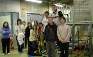 04年の実験スケジュールを終え、外界に出てきた参加者ら。JAXA関係者らが拍手で出迎えてくれたという