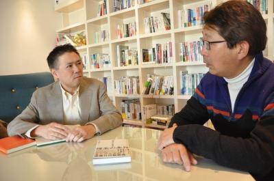 東芝から大学に籍を移したのは2007年だった竹内さん(左)。「不正会計問題は残念」と語る