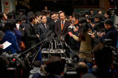 シャープの経営陣らとの話し合いを終えて、記者の質問に答える鴻海精密工業の郭台銘会長=2016年2月5日