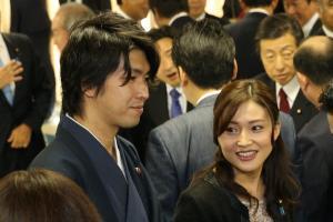 自民党の仕事始め式に臨む宮崎氏(左)と金子恵美衆院議員=2016年1月4日