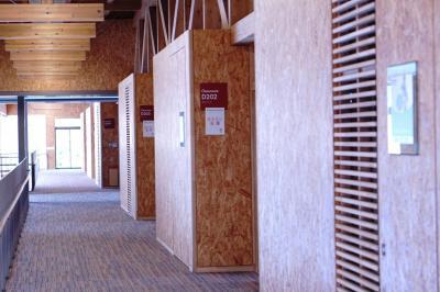 企業プレートが取り付けられた教室が並ぶ