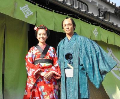 あさ役の波瑠さん(左)と新次郎役の玉木宏さん=2015年5月19日、奈良県橿原市