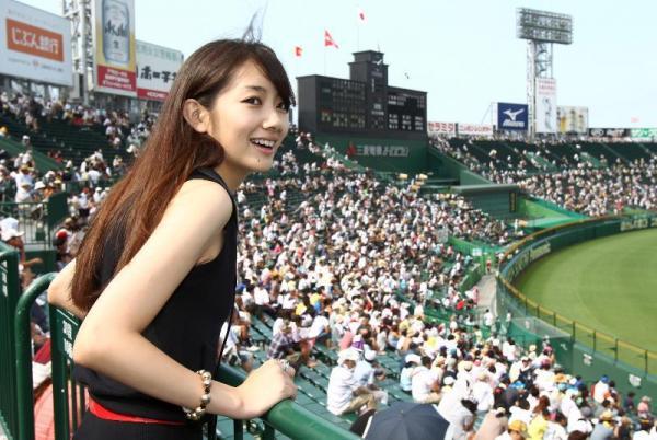 「うわぁ、すごい。人がいっぱい」。甲子園で盛り上がる波瑠さん=2010年8月16日